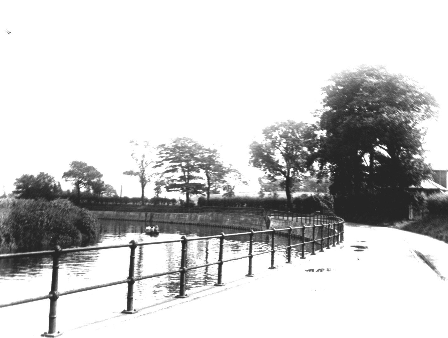 River Mersey, the southern end of the ford was approximatly where the railings are here on Ford Lane. 1947